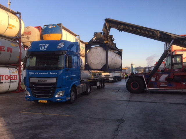 Tankcontainer transport laden